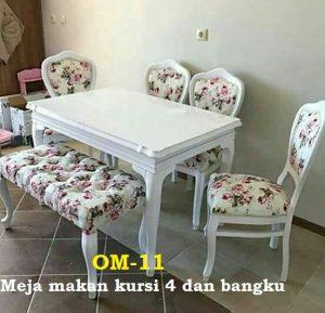 Meja makan kursi 4 dan bangku Bahan kayu mahoni finishing duco Model shabby chic Meja ukuran 160 x90 cm Kain jok kualitas eksport Bisa pilih motif