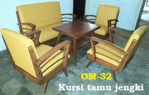 Kursi tamu jengki. Bahan kayu jati kombinasi sintesis kulit,  formasi 4 kursi dan 1 meja