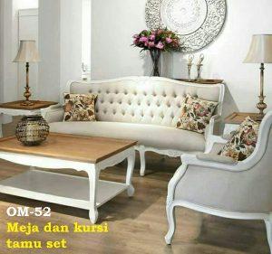 Meja dan kursi tamu set. Formasi 311 dan 1 meja,  Bahan kayu mahoni,  Kain jok kualitas eksport